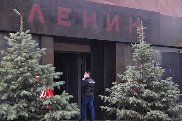 Москвичи выстроились в очередь в первый день работы Мавзолея Ленина