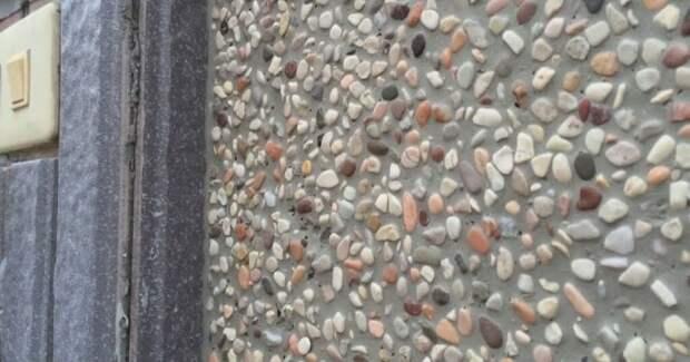 Красивая идея для фасада, в основе — только штукатурка и камни