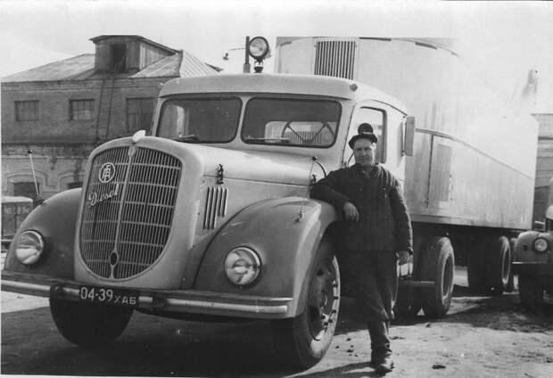 Сидельный тягая Austro FIAT 745. На заднем плане виден ГАЗ-51 СССР, автомобили, советская техника, советские машины