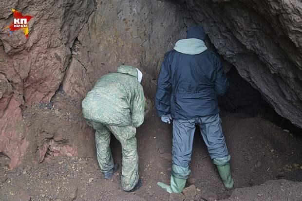 Осмотр сопки разведчиками показал, что внутри действительно имеются пустоты Фото: Александр КОЦ, Дмитрий СТЕШИН