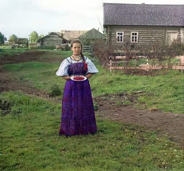 Девушка с земляникой. Деревня Топорня. Вологодская губерния, 1909 год империя., путешествия, цветное фото