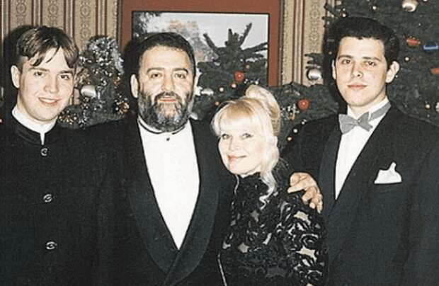 Не так давно Михаилу Шуфутинскому исполнилось 72 года, и он решил еще раз жениться