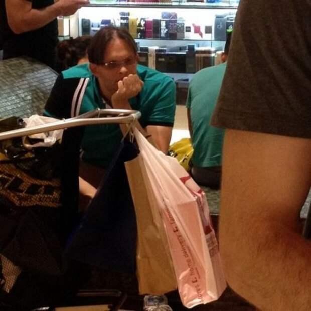Почему мужчин не нужно брать на шопинг (26 фото)