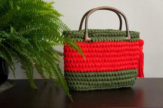 Если хотите сумку с деревянной, бамбуковой или тростниковой ручкой такого типа, лучше начинать вязание сверху. Чтобы контролировать деформацию полотна.