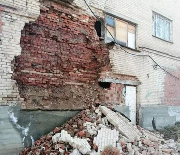 В Миассе обрушилась часть стены аварийного общежития