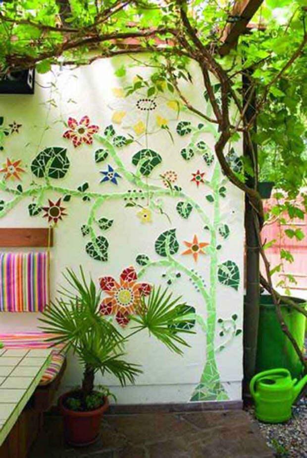 Фасад дома, декорированный мозаичными рисунками.