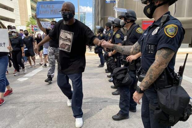 Бывшего полицейского признали виновным в непредумышленном убийстве Флойда в США