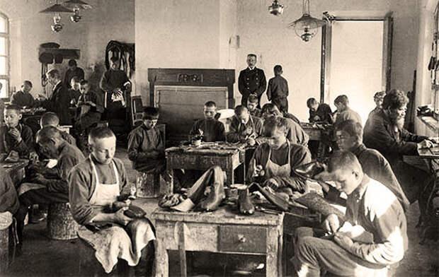 Рабочие обувной фабрики