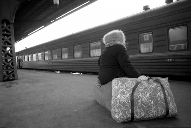 В ожидании электрички на Витебском вокзале. Санкт-Петербург, 1995 год.