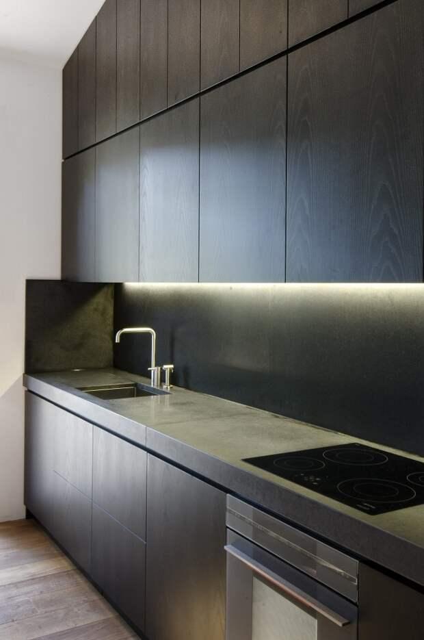Кухня венге с паркетом из натурального дерева, что поддерживает тон, заданный роскошным кухонным гарнитуром