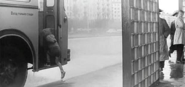 Вот Димка решается-таки прокатиться на двухэтажном автобусе и запрыгивет в первую дверь: СССР, авто, автобус, кино, москва, общественный транспорт, троллейбус