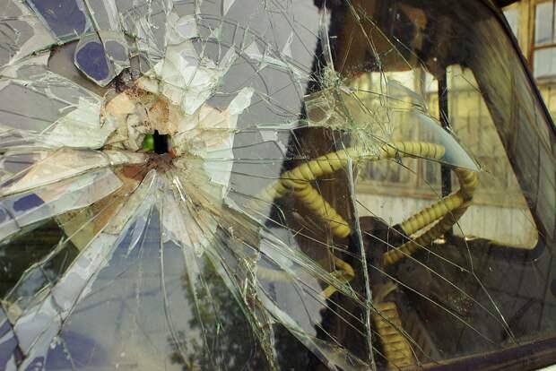 Злоумышленники разбили окно в машине на Рождественской