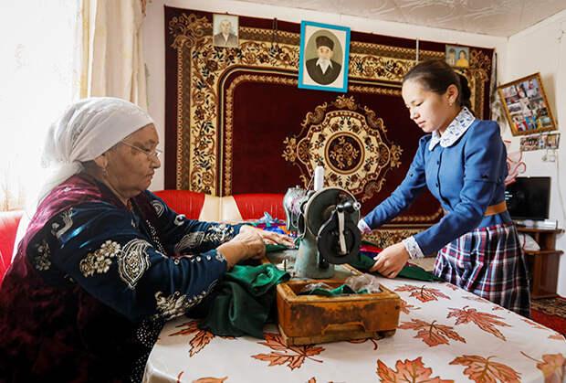 Бабушка и внучка в селе Боген, неподалеку от Аральского моря