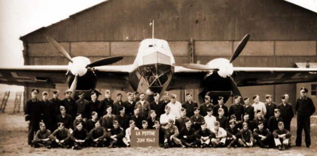 Личный состав 1./O.b.d.L. на аэродроме Перье во Франции, весна 1941 года - Крылатые предвестники войны | Warspot.ru