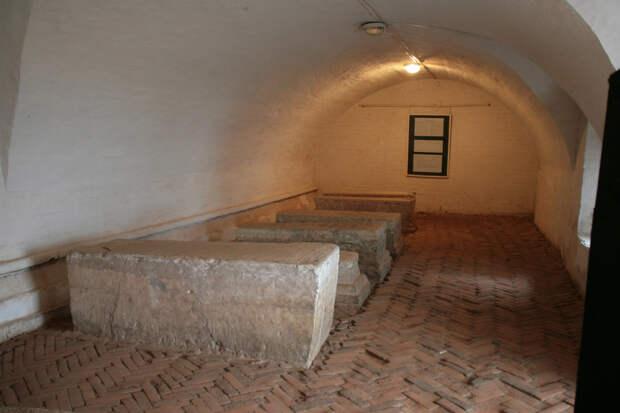 Почему царь Борис Годунов похоронен сидя