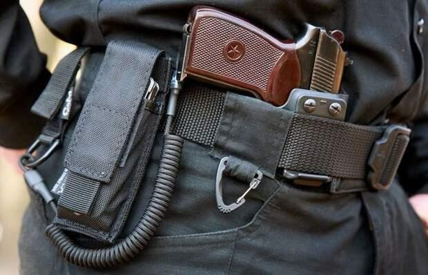 Для чего пистолет у полицейских привязан к кобуре