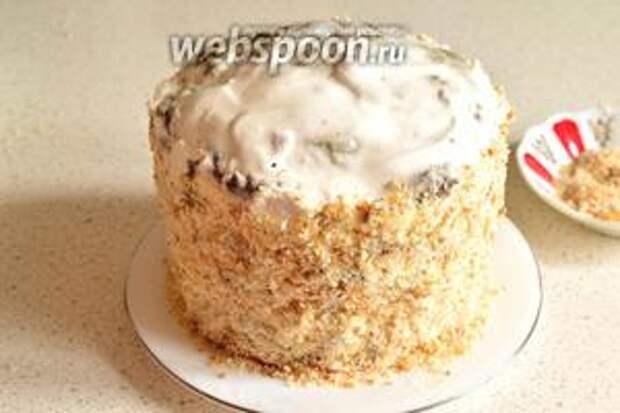 Бока торта обмазать кремом, который мы отложили. А затем обсыпать сухарями. Сухари хорошо прилипают к крему.