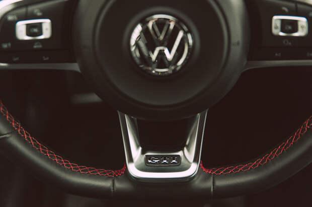 Красная строчка, шильдик GTI на небольшом и удобном руле