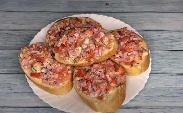 Превращаем бутерброды в мини-пиццу за 10 минут. Багет, помидоры и немного колбасы