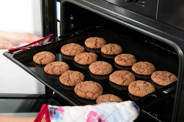 Дополнительный противень в духовке позволит печенью равномерно пропечься. / Фото: gerdanka.ru