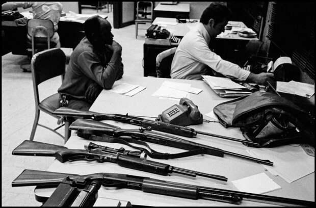 Конфискованное оружие в результате полицейского рейда.