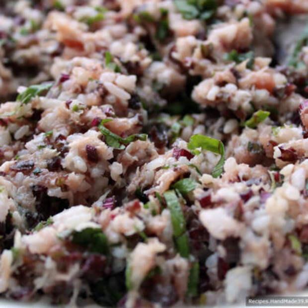 В мясной фарш по желанию добавить отварной рис и нарезанную ботву