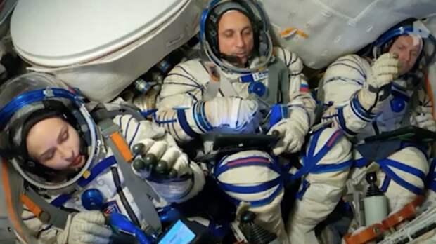 Киноэкипаж вернется с МКС раньше запланированного времени