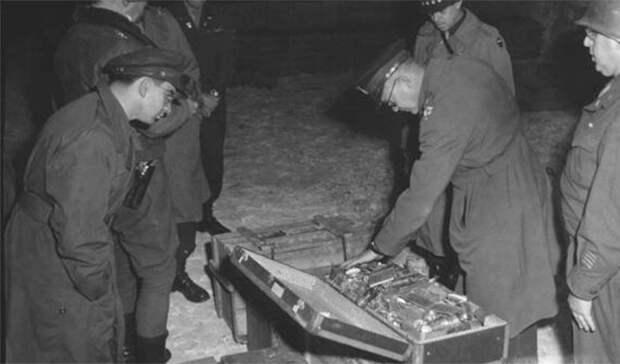 Спрятанные сокровища В 1944-ом году исход войны был понятен даже самым преданным воинам Третьего Рейха. Союзные армии продвигались вперед: нужно было спасать уже награбленные сокровища. И руководство падшей империи принялось рассовывать золото и драгоценности по самым темным закоулкам захваченных стран, стараясь сохранить их на черный день. До сих пор неизвестно, куда именно спрятали нацисты огромные богатства; на их поиски ежегодно отправляются тысячи людей со всего мира.