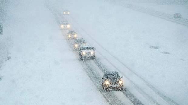 В снежном плену оказались больше сотни автомобилистов у российско-казахстанской границы