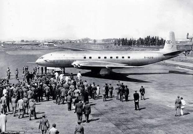 Прототип самолета de Havilland Comet-1, который стал первым в мире реактивным пассажирским авиалайнером, вышедшим на регулярные маршруты (1952) авиалайнер, авиация, интересно, исторические фото, история, книги, редкие фото, самолеты