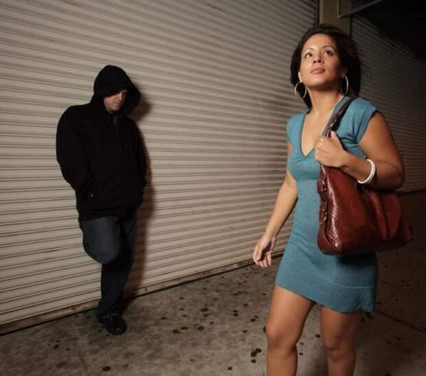 девушка идет по темной улице с мужчиной в переулке