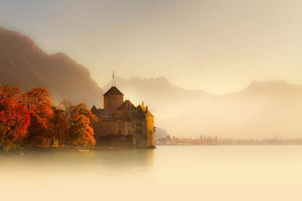 Великолепный Шильонский замок на Швейцарской Ривьере, воспетый Байороном и Гюго