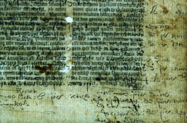 На страницах старинной Библии найдены пометки короля и договор с карманником