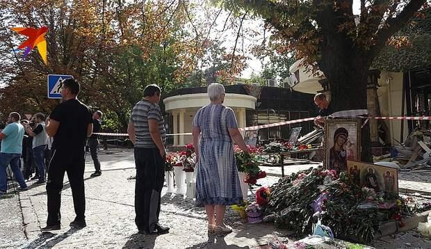 К кафе «Сепар», где оборвалась жизнь главы ДНР, люди продолжают нести цветы и иконы Фото: Дмитрий СТЕШИН