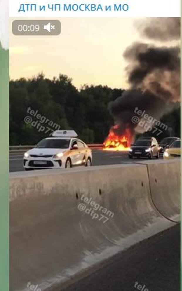 Пользователи telegram укорили снявшего объятый пламенем автомобиль на 84-м километре МКАД за равнодушие