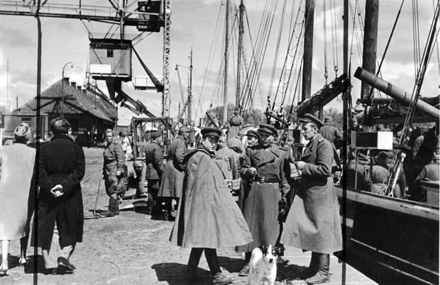 Советские офицеры и солдаты в порту острова Борнхольм