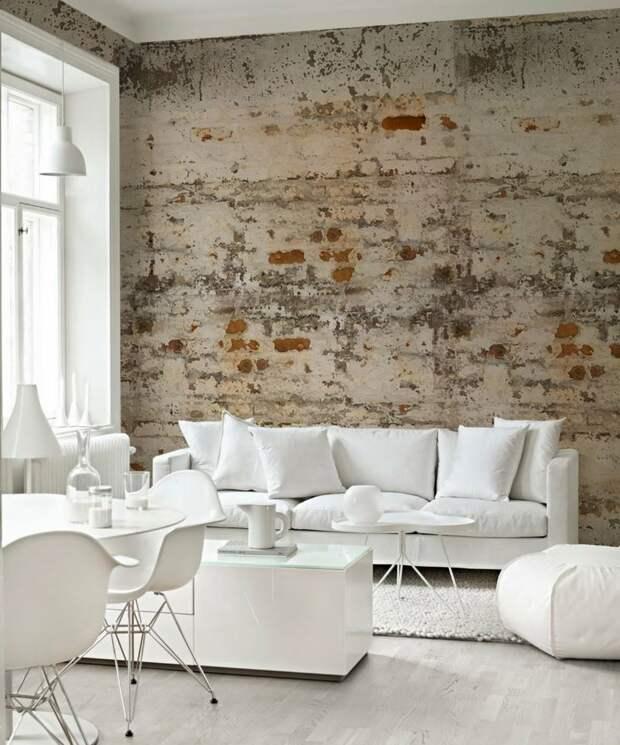 Имитация обшарпанной кирпичной стены с помощью бумажных обоев