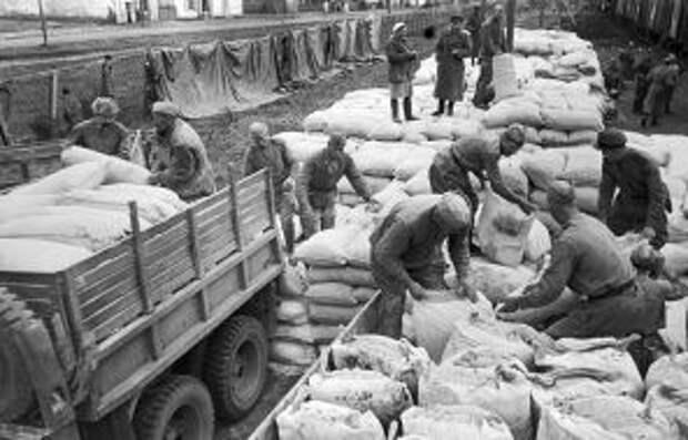 На фото: бойцы Красной Армии разгружают муку для польского населения, 1944 год