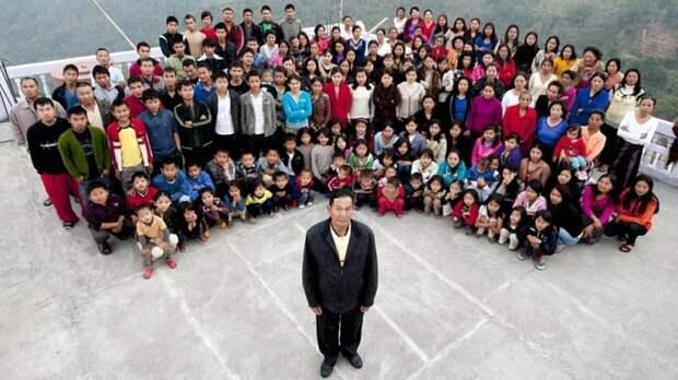 Семья многоженца Ziona Chana внесена в Книгу рекордов Гиннесса.  У него 39 жен и 95 детей