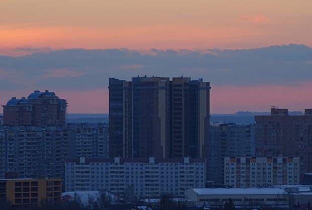 Дом в Одинцово на фоне закатного неба, тёмный снимок