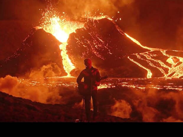 Исландская группа записала видео на фоне извергающегося вулкана