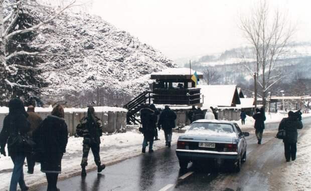 Эту дорогу в Косово, по которой сербских детей под вооруженной охраной водили в школу, я запомнил на всю жизнь. Здесь албанский снайпер убил девочку-школьницу за неделю до нашего приезда
