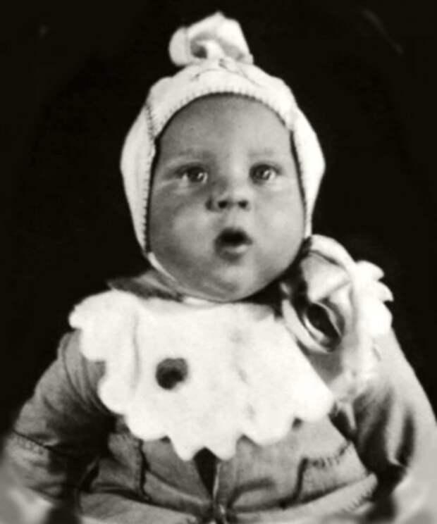 Родился в январе 1938 года в Москве, на фото ему полгода