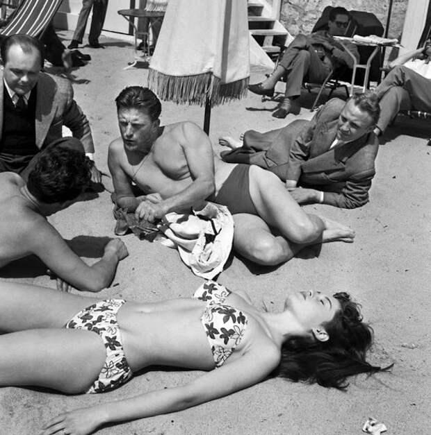Кирк Дуглас на пляже в Каннах с молодой актрисой Брижит Бардо во время 6-го Международного Каннского кинофестиваля в 1953 году.