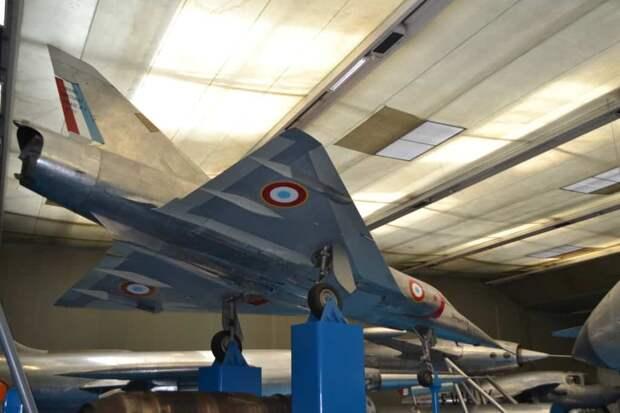 Отработанная на небольшом экспериментальном самолете MD450 Mirage Delta I схема бесхвостки с треугольным крылом обеспечила прекрасное сочетание сверхзвуковой скорости, высотности, скороподъемности и маневренности. Этот канон станет «визитной карточкой» фирмы и основой для многих других ее машин вплоть до не устаревшего и сейчас «Миража» 2000