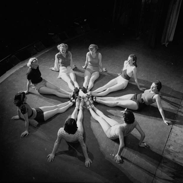 Отдых после репетиции. Shou Girls, или зрелищные постановки с полуобнажёнными девицами в кабаре «Фоли-Бержер», 1918 - 1937 гг.