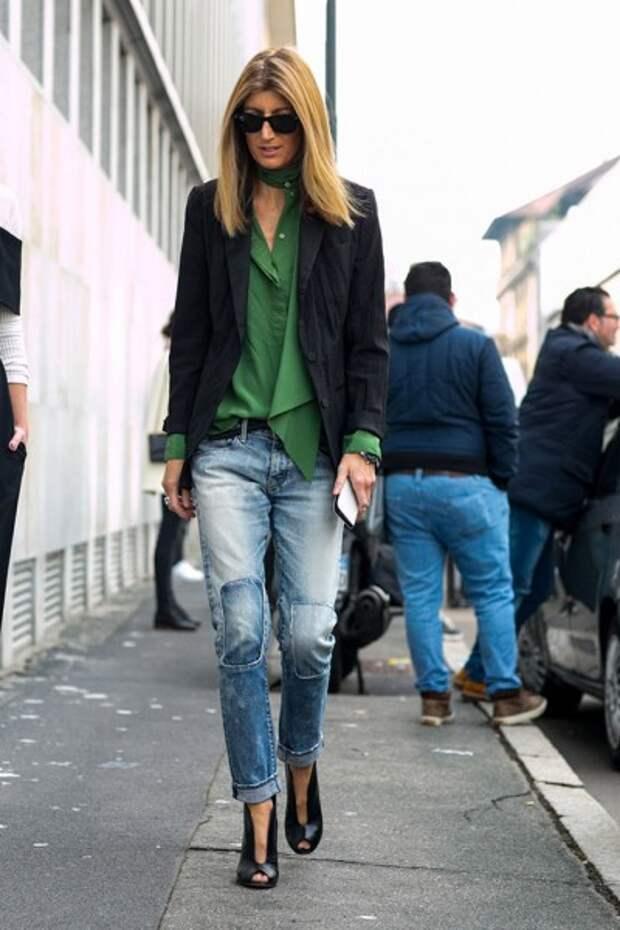 джинсы с яркой блузкой и пиджаком
