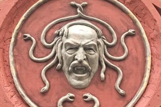 В Петербурге появился барельеф горгоны Медузы с усами. Угадаете, на кого она похожа?