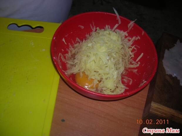 Куриные рулетики с сыром в тертом картофеле