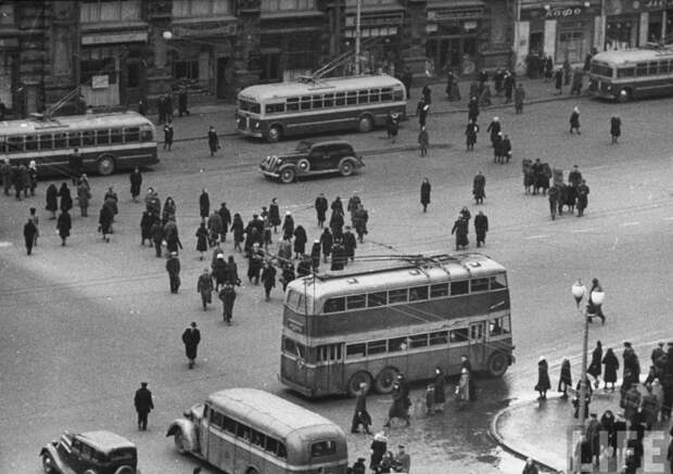 ЯТБ-3 на московских улицах. На заднем плане, кстати, аж три троллейбуса МТБ-82. СССР, авто, автобус, кино, москва, общественный транспорт, троллейбус